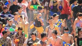 Lyckafolkmassa Roliga Tid på festivaler för thailändskt nytt år eller vatten royaltyfri fotografi