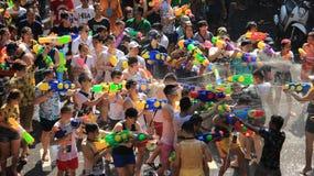 Lyckafolkmassastrid med vatten för gyckel på festivaler för thailändskt nytt år eller vatten royaltyfri fotografi