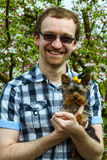 Lyckagarnman med den york terriern Fotografering för Bildbyråer