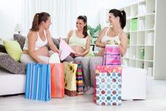 Lyckagravida kvinnor med deras shoppingpåsar Arkivfoto