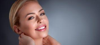 Lyckakvinna som tycker om i hennes hud Royaltyfri Foto