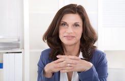 Lyckat äldre sammanträde för affärskvinna på kontoret. Royaltyfri Fotografi