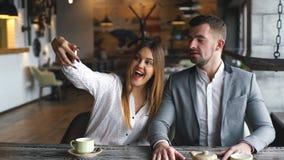 Lyckat affärsfolk som tar en lyckliga Selfie i kafét stock video