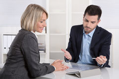 Lyckat affärslag eller dräkt och klient i ett möte royaltyfri foto
