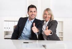 Lyckat affärslag eller lyckligt affärsfolk som gör recomme Arkivfoton