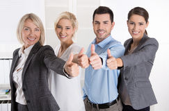 Lyckat affärslag i stående: mer kvinna som män med thu Royaltyfri Fotografi