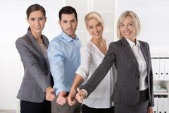 Lyckat affärslag i stående: mer kvinna som män med thu Royaltyfri Foto