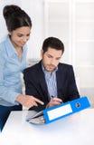 Lyckat affärslag: man och kvinna som tillsammans arbetar i posi royaltyfria foton