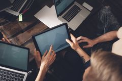 Lyckat affärslag på arbete Grupp av ungt affärsfolk som arbetar med bärbara datorn och tillsammans in meddelar fotografering för bildbyråer