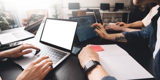 Lyckat affärslag på arbete Grupp av ungt affärsfolk som arbetar med bärbara datorn och tillsammans in meddelar royaltyfri bild