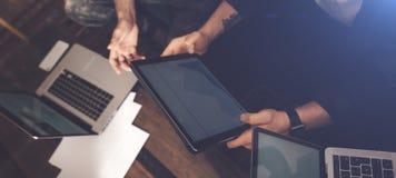 Lyckat affärslag på arbete Grupp av ungt affärsfolk som arbetar med bärbara datorn och tillsammans in meddelar arkivbild