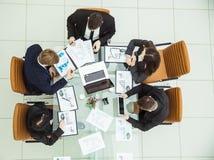 Lyckat affärslag som diskuterar nya intriger för en marknadsföring i arbetsplatsen Royaltyfri Fotografi