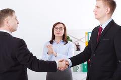 Lyckat affärspartnerskapbegrepp med businessmanshandskakningen Lycklig affärskvinnaapplåd på kontorsbakgrund team arbete royaltyfria bilder