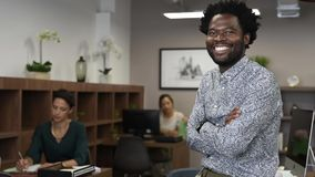 Lyckat afrikanskt le för affärsman arkivfilmer