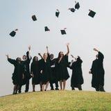 Lyckat begrepp för högskola för förlagePHD-avläggande av examen royaltyfria bilder