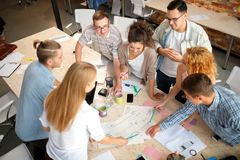 lyckat begrepp Studenter som ler och gör grupparbete i det moderna kontoret royaltyfri foto