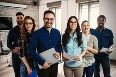 Lyckat företag med lyckliga arbetare royaltyfri bild