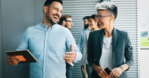 Lyckat företag med lyckliga arbetare arkivbilder