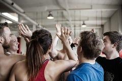 Lyckat folk som till varandra ger höjdpunkt fem i gymnastiksal arkivbilder