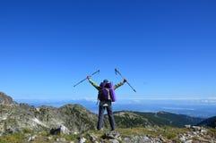 Lyckat fotvandra för person på bergmaximumet Royaltyfri Fotografi
