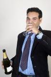 Lyckat indiskt dricka för affärsman Arkivfoton