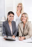 Lyckat kvinnaaffärslag i kontoret Royaltyfri Fotografi