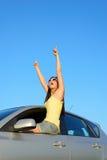 Lyckat kvinnligt peka för chaufför Arkivfoton