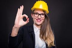 Lyckat kvinnligt tecken för teknikervisninggodkännande Arkivbild