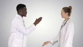 Lyckat lag av kirurger som ger högt fem, och att skratta väggen på lutningbakgrund på lutningbakgrund arkivfoto
