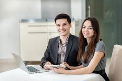 Lyckat möte! Unga businesspeople sitta på den tabellen Royaltyfri Bild