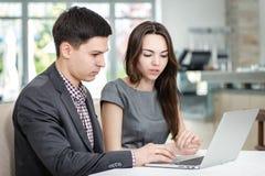 Lyckat möte! Unga businesspeople sitta på den tabellen Royaltyfri Foto