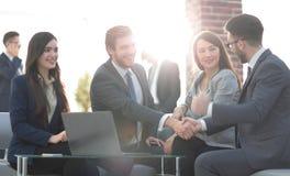 Lyckat partnerskap i affären som visas, genom att skaka händer in Royaltyfri Fotografi