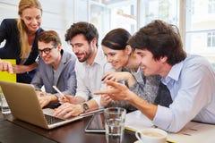 Lyckat start-up lag med bärbara datorn Arkivbild