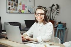 Lyckat stylistfrilansarbete på datoren, attraktiv le kvinnlig Royaltyfria Bilder