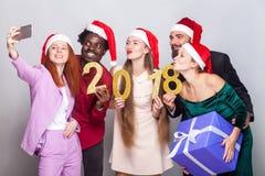 Lyckavänner som firar nytt år och gör selfie holding fotografering för bildbyråer