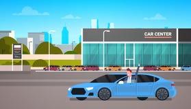Lycklig ägare som kör den nya bilen över bakgrund för byggnad för återförsäljaremittvisningslokal royaltyfri illustrationer