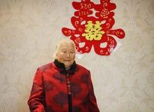 Lycklig äldre asiatisk kinesisk stående för gammal kvinna för 90-tal på hennes sonsonbröllop Royaltyfri Bild