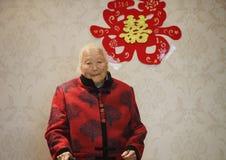 Lycklig äldre asiatisk kinesisk stående för gammal kvinna för 90-tal på hennes sonsonbröllop Royaltyfri Fotografi