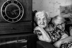 Lycklig äldre kvinna med hennes dotter in bak en omfamning Fotografering för Bildbyråer