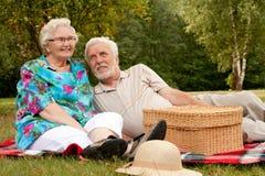 lycklig äldre park för par Arkivbilder