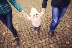 Lycklig älska family& x28; moder, fader och liten dotterkid& x29; outd Royaltyfri Bild