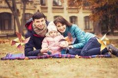 Lycklig älska family& x28; moder, fader och liten dotterkid& x29; outd arkivfoton