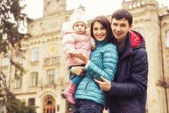 Lycklig älska family& x28; moder, fader och liten dotterkid& x29; outd royaltyfri fotografi
