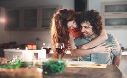 Lycklig älska parkel under romantisk matställe royaltyfri fotografi