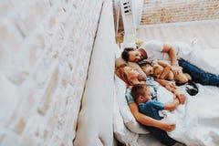 Lycklig älskad familj som tillsammans sover i säng royaltyfri foto