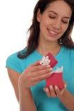 lycklig öppningspresentkvinna arkivbild