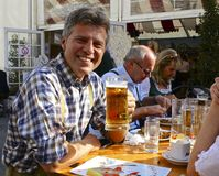Lycklig österrikisk dricka öl royaltyfri bild