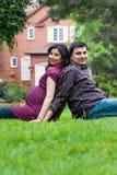 Lycklig östlig indisk maka med hans gravida fru Royaltyfri Fotografi