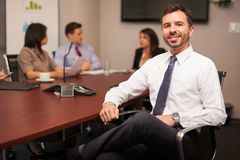 Lycklig advokat i ett kontor royaltyfri bild