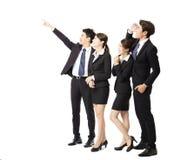 Lycklig affärsgrupp som pekar och ser upp royaltyfri foto